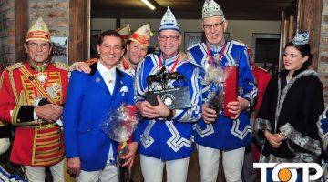 Freudestrahlend präsentiert Achim Hasenberg (Mitte) den Pokal des Kommandeurs.