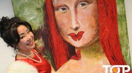 Die Düsseldorfer Künstlerin Winnie Wing Hungenbach mit ihrer roten Mona Lisa auf der art CAROUSEL